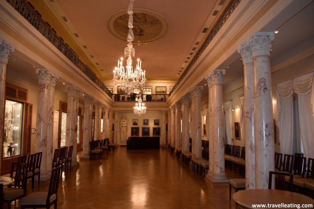 Sala de las columnas, en el Museo de la Historia de Riga.