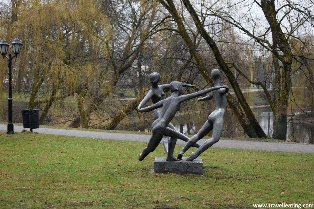 Monumentos en el Parque Bastejkalna, en el centro de Riga.