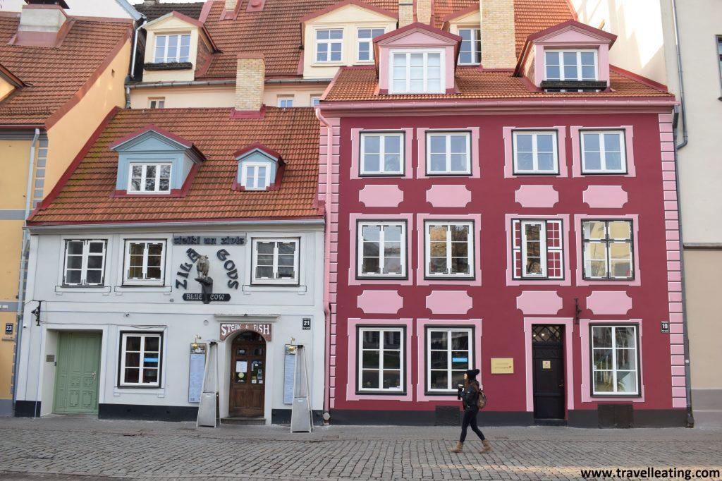 Hermosas fachadas de los edificios de Plaza Livu, en el casco histórico de Riga.