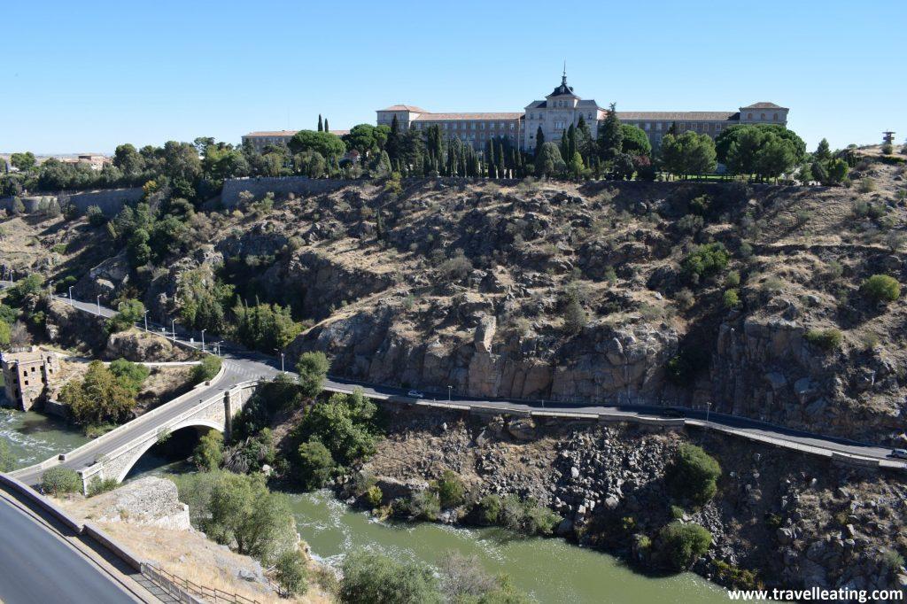 Vistas del río Tajo y la Academía de Infantería alzándose al otro lado de la orilla.