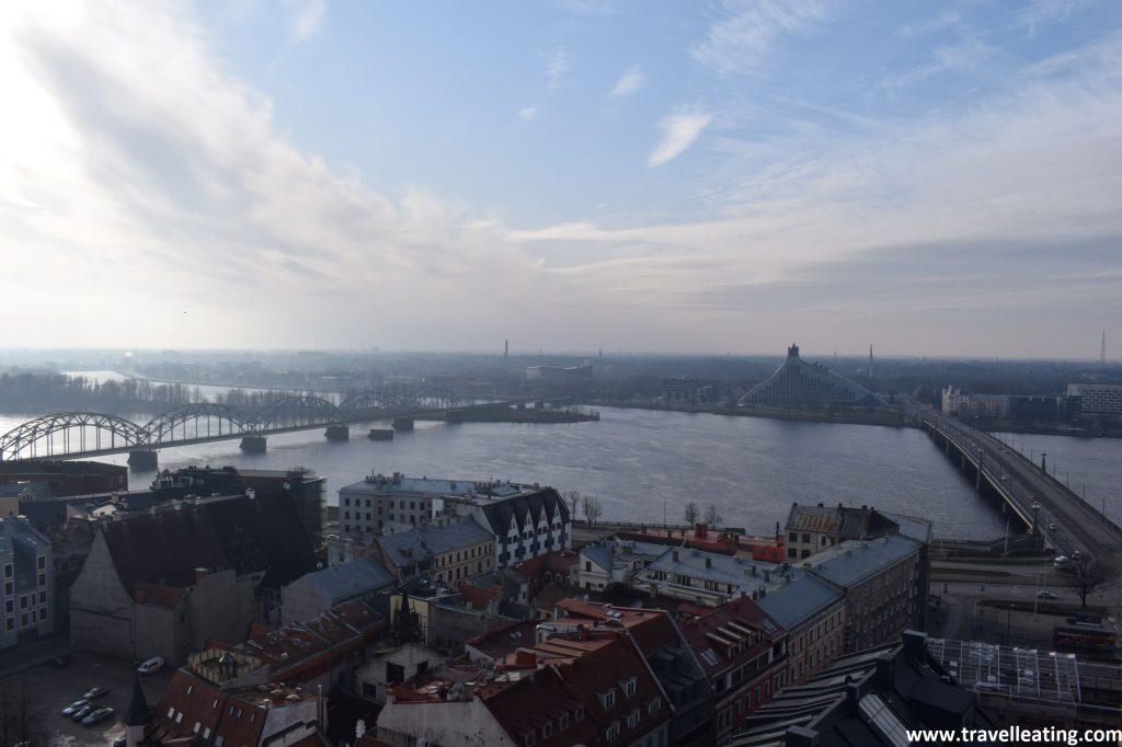 Vistas de la Iglesia de San Pedro desde donde se ve la Biblioteca Nacional de Letonia al otro lado del río Daugava.