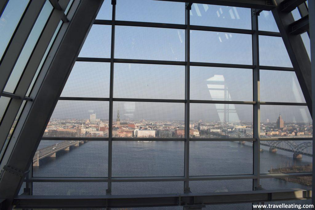 Vistas desde la Biblioteca Nacional de Letonia, uno de los miradores de Riga.