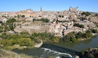 Vistas de la imponente ciuda de Toledo, que se alza sobre una colina y abrazada por un meandro del río Tajo.