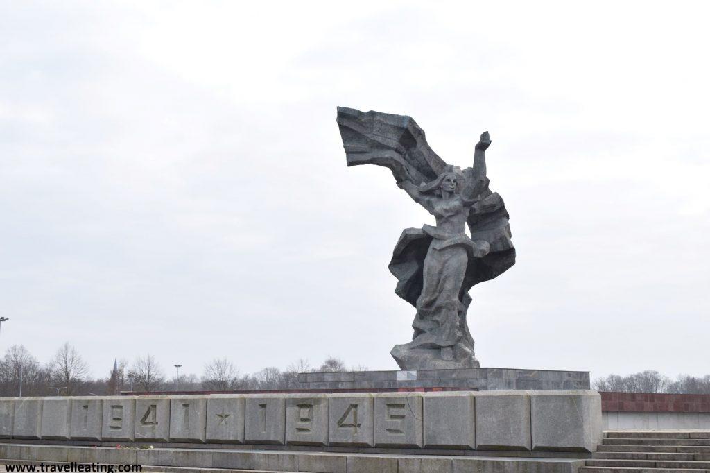 Monumento de la Victoria en Uzvaras Park, Riga.