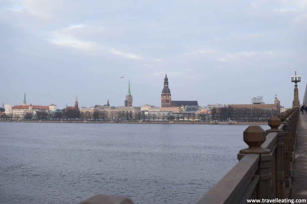 Vistas del casco histórico de Riga des del otro lado del río Daugava.