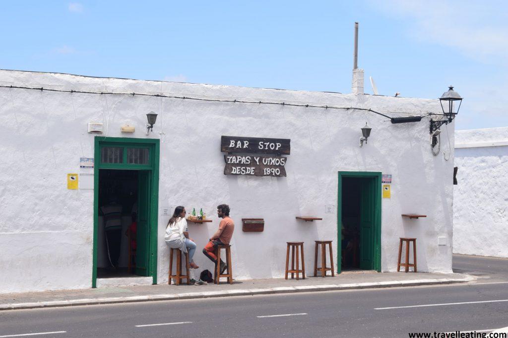Local situado en una casa blanca baja, típica de Lanzarote. Se trata del Bar Stop Yaiza, uno de los restaurantes más recomendados de Lanzarote.