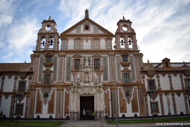 Fachada de un gran palacio en el centro de Córdoba