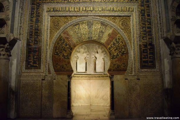 Visitar el interior de la Catedral de Córdoba para contemplar sus puertas árabes y sus impresionantes columnas es un imprescindible que ver en Córdoba.