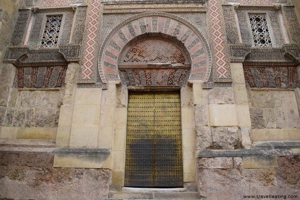 La fachada de la Mezquita-Catedral de Córdoba con sus preciosas puertas de estilo árabe, son una de las cosas más importantes que ver en Córdoba.