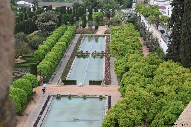 Los impresionantes jardines del Alcázar de los Reyes Cristianos, vistos desde una de las torres, son otro de los imprescindibles que ver en Córdoba.