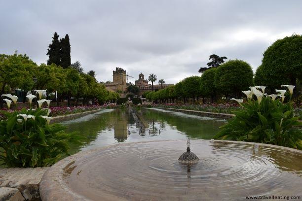 El Jardín Mudéjar con su impresionante fuente repleta de flores es uno de los lugares más bonitos que ver de Córdoba.