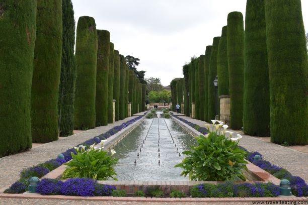 Precioso estanque rectangular y alargado que recorre todo un paseo el cual está franqueado por cipreses.