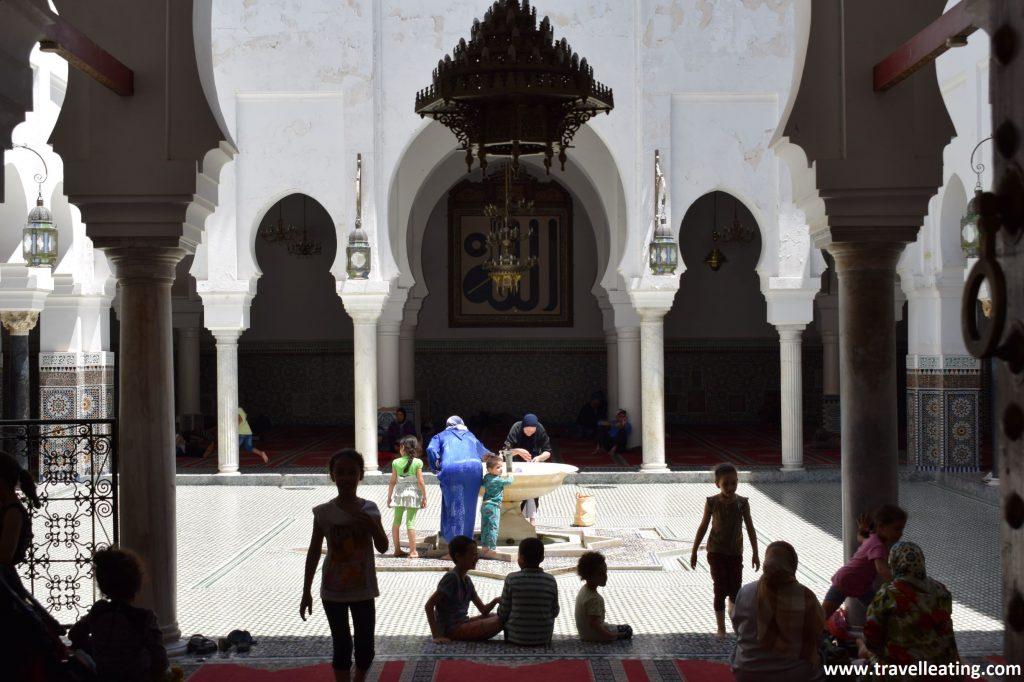 Mausoleo de Mulay Idrís II desde la puerta. En la Medina de Fez.