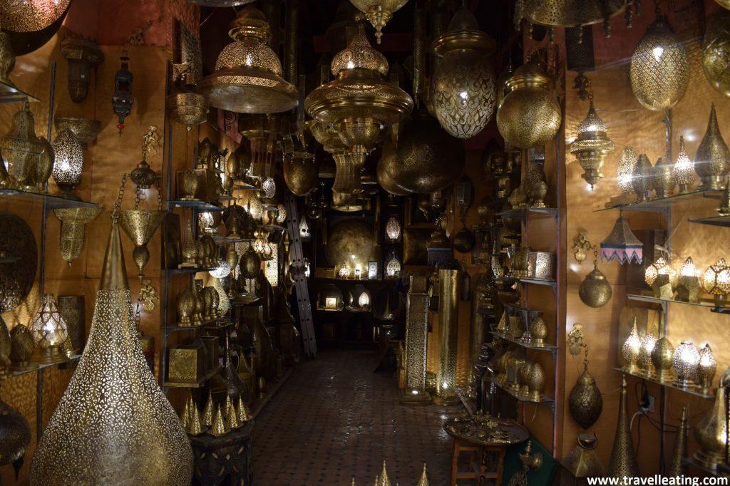 Tienda de lámparas en el zoco de la medina de Fez.