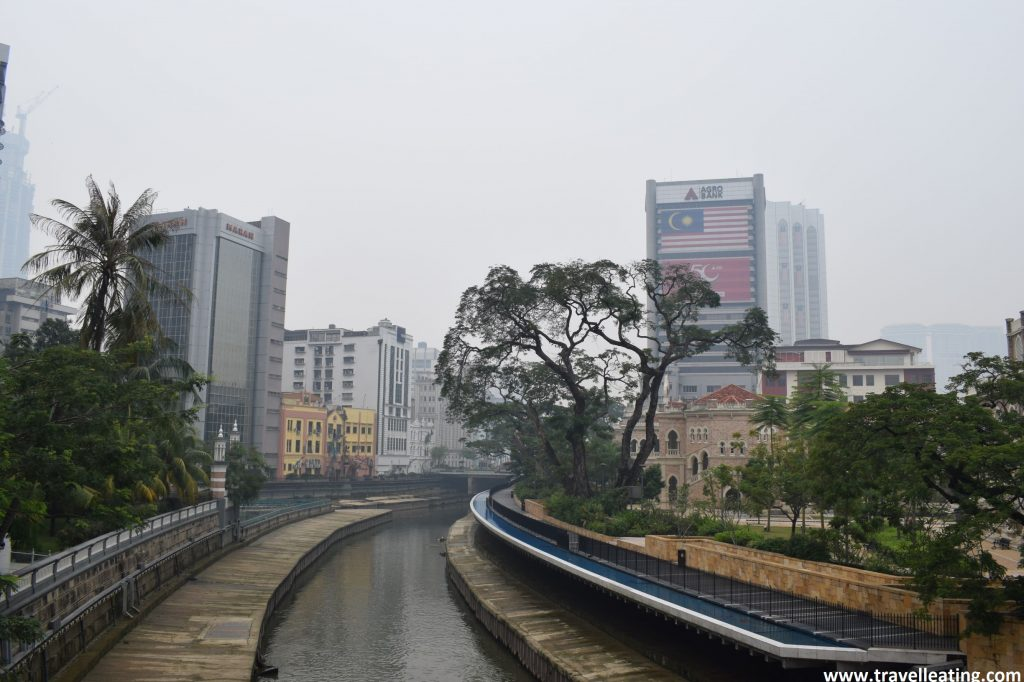 Zona de casas coloniales, cerca de Plaza Merdeka.