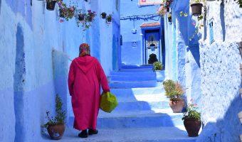 Mujer paseando por una preciosa calle de Chefchaouen.