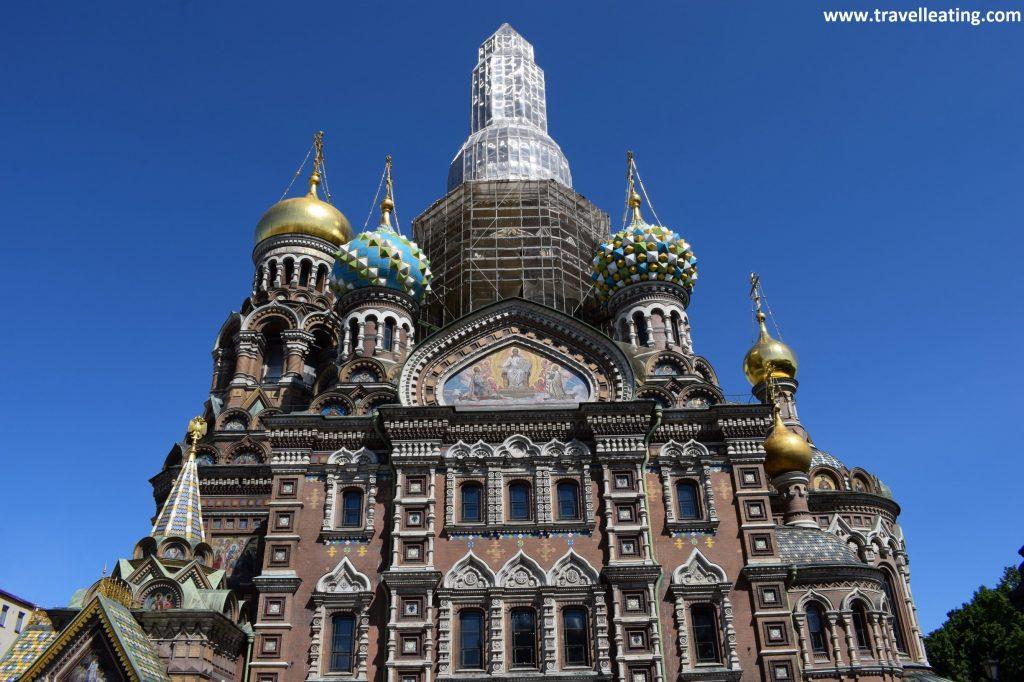 Fachada principal de la Iglesia del Salvador sobre la Sangre Derramada, en reformas en 2019. La parte central de arriba se encuentra en andamios, recubierta, pero rodeada de cúpulas doradas y de colores espectaculares.