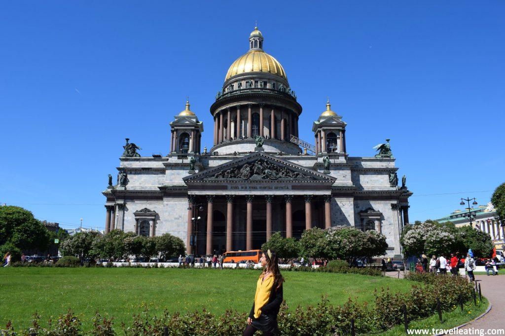 Catedral de San Isaac, la iglesia más grande de San Petersburgo. Destaca por su gran cúpula central dorada y su puerta con una bonita columnata estilo romano. Sin duda uno de los imprescindibles que ver y visitar en San Petersburgo.
