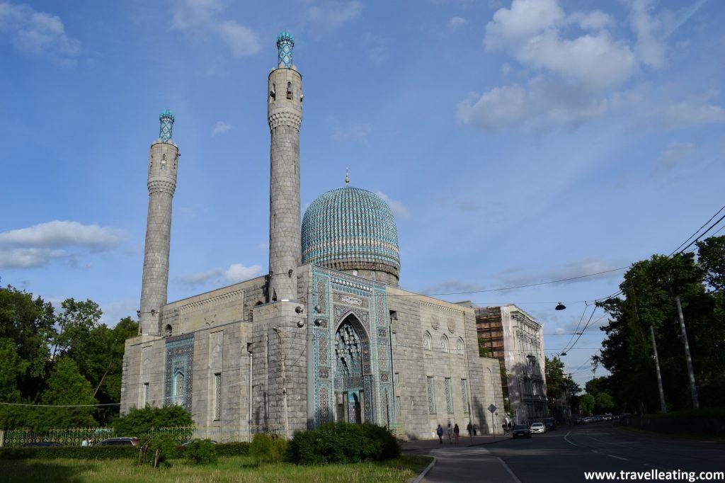 Mezquita rectangular con una gran cúpula central azul y dos minaretes, uno más alto que el otro en un lateral, cada uno en una punta. Es toda ella de tonos grises y azules. Otro de los lugares más curioos que ver en San Petersburgo.