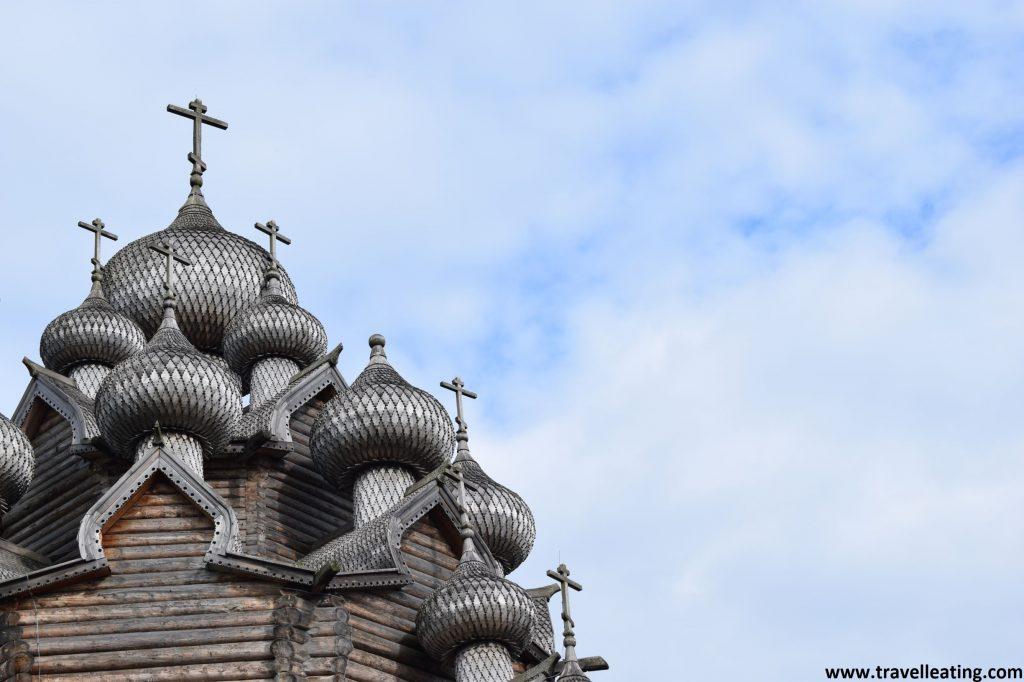 Primer plano de las cúpulas de la iglesia de la Intercesión. Son cúpulas abombadas, negras, con escatas. Encima de cada una de ellas encontramos una cruz. Las cúpulas de abajo son más pequeñas y crecen como más arriba están. La del medio de arriba del todo por tanto es la más grande.
