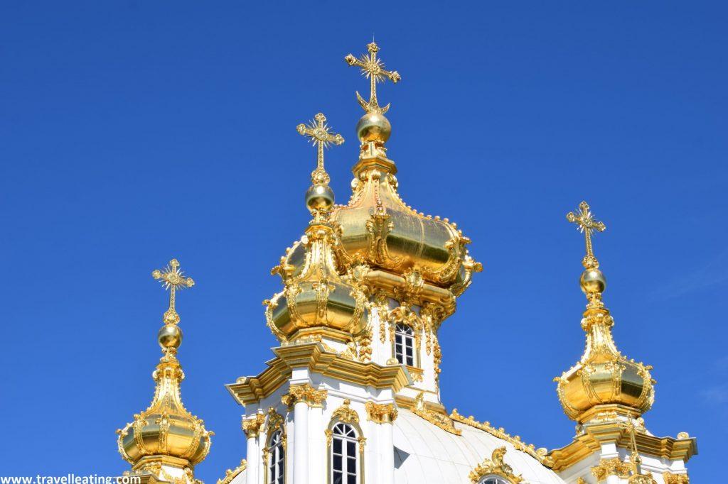 Cúpulas abombadas y doradas de una pequeña iglesia del Complejo del Palacio Peterhof.