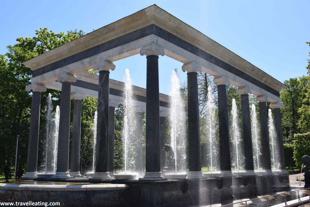Fuente tipo columnata. Se trata de una columnata quadrangular con fuentes intercaladas en medio de cada columna.