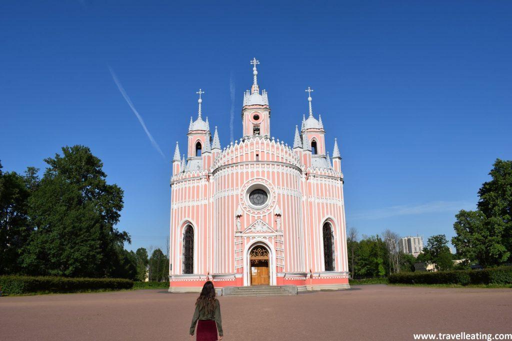 Iglesia pequeña en forma de palacio con la fachada a rallas rosa palo y blanco. Uno de los lugares más curiosos que ver en San Petersburgo.