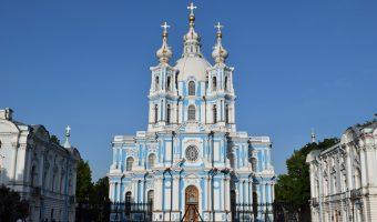 Catedral azul celeste y blanca rodeada de edificios también blancos y celestes, que corresponden al convento. El complejo es realmente preciosa. Ella se alza en medio del semicírculo que forman, alta, con tres pequeñas cúpulas con una cruz blanca encima.