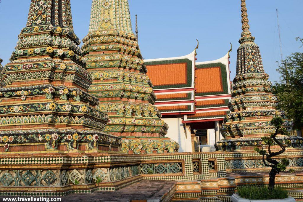 Tres chedis que encontramos en el jardín del Wat Pho. Estos estan recubiertos de piedras de colores que forman cenefas de flores.