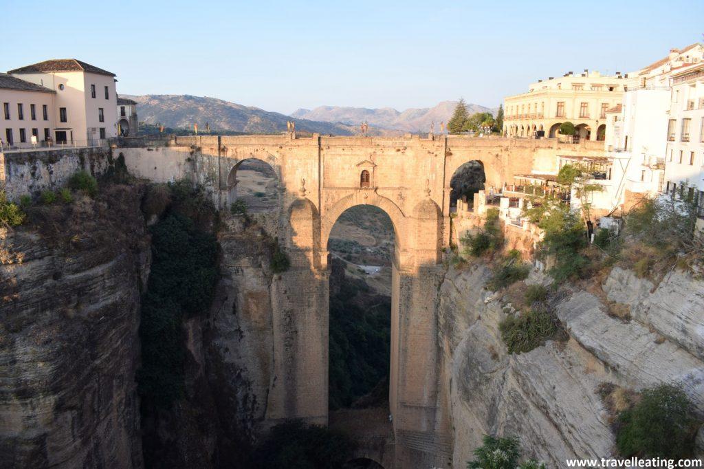 Espectacular puente de piedra que salva un desnivel de unos 100 metros de altura. Otro de los lugares que ver en Andalucía.