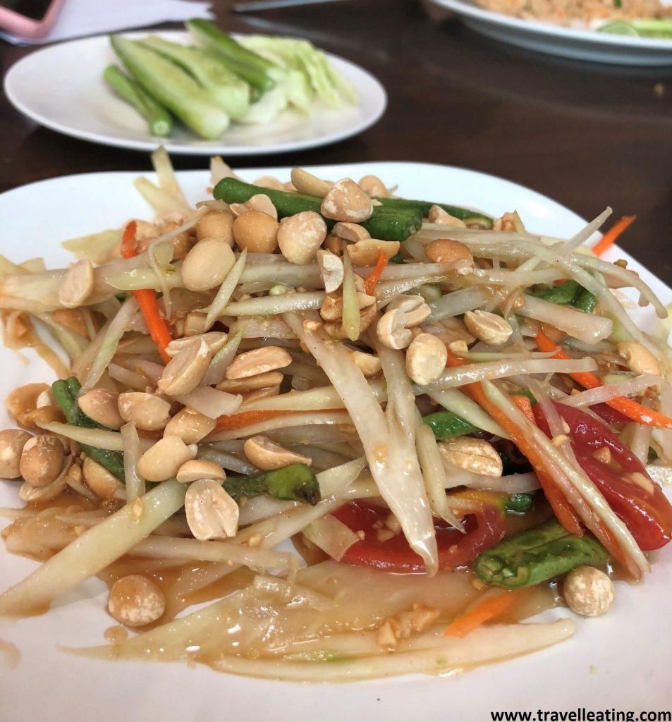 Plato de ensalada de papaya, hecho a base de tiras de papaya verde, tomate, zanahoria, lechuga, cacahuetes y chili. Una de las ensaladas más populares de la gastronomía tailandesa.