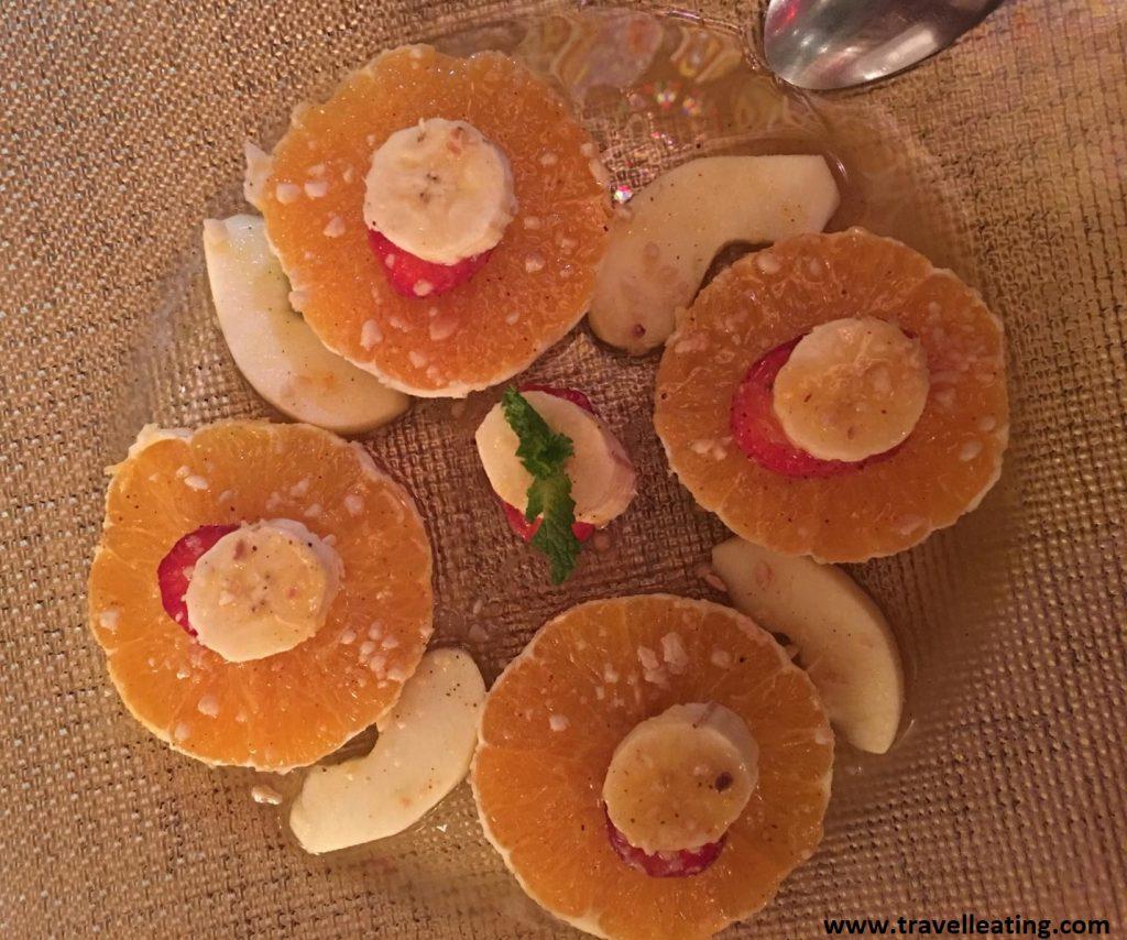 Naranjas con miel, plátano y fresas.