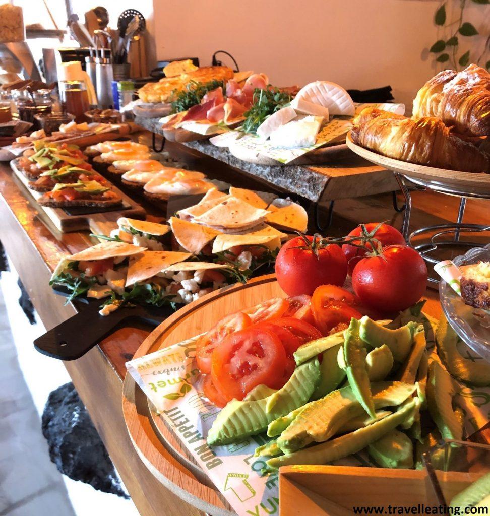 Increíble bufet libre de desayuno que presenta todo tipo de frutas, panes, cereales, pastas y demás.