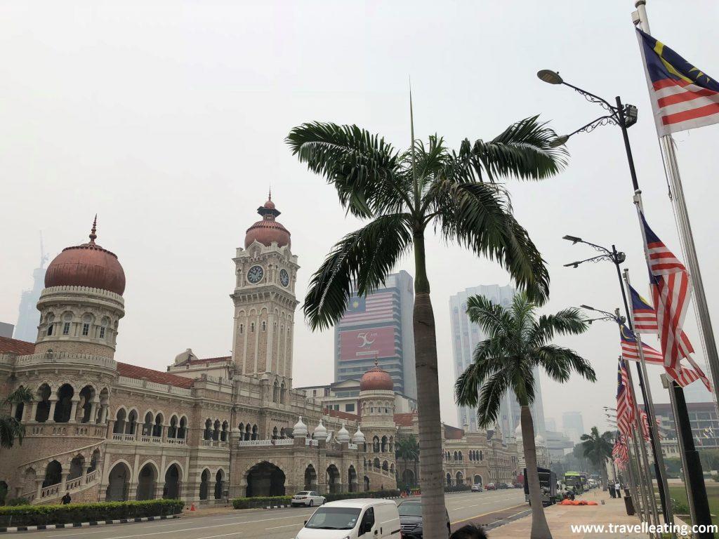 Palacio Sultan Abdul Samad y banderas malayas.