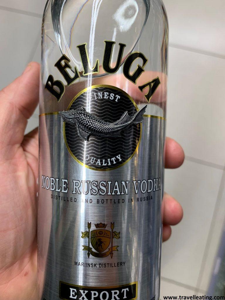 """Botella de vodka ruso. Es transparente y lleva la etiqueta negra en la que se lee el nombre """"Beluga"""""""