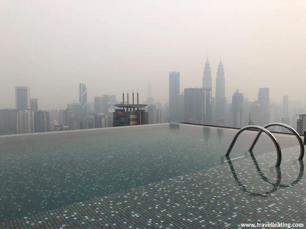 Vistas desde la piscina infinita del Expressionz Suites. En Kuala Lumpur.