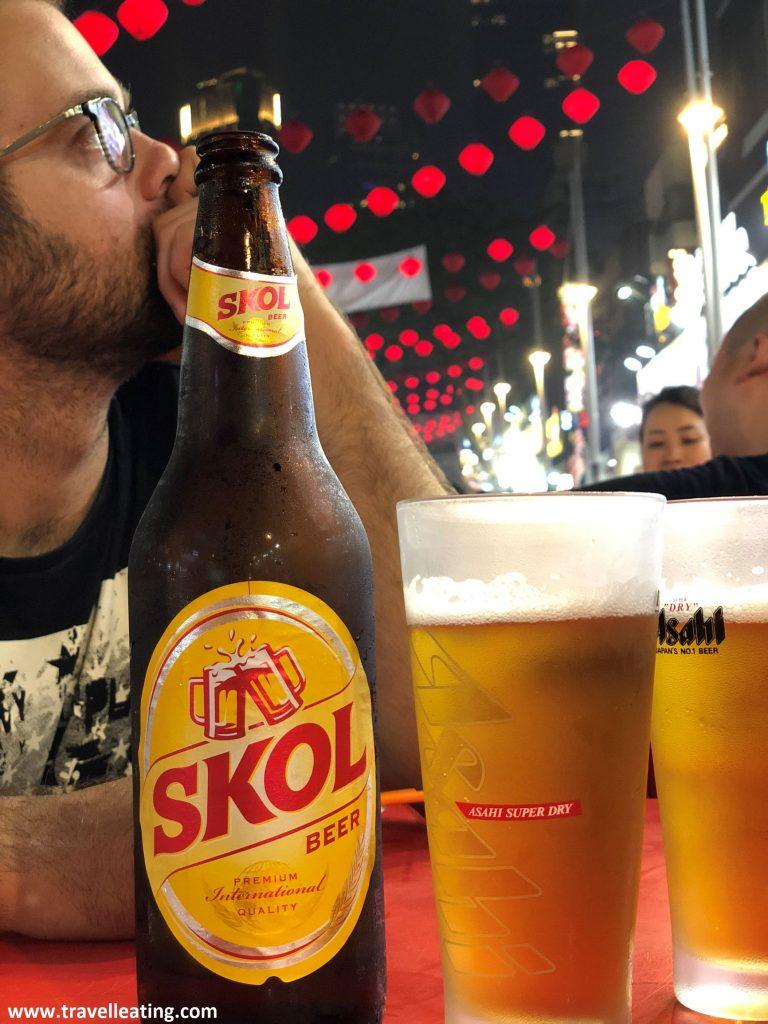 Tomando una cerveza en Jalan Alor.