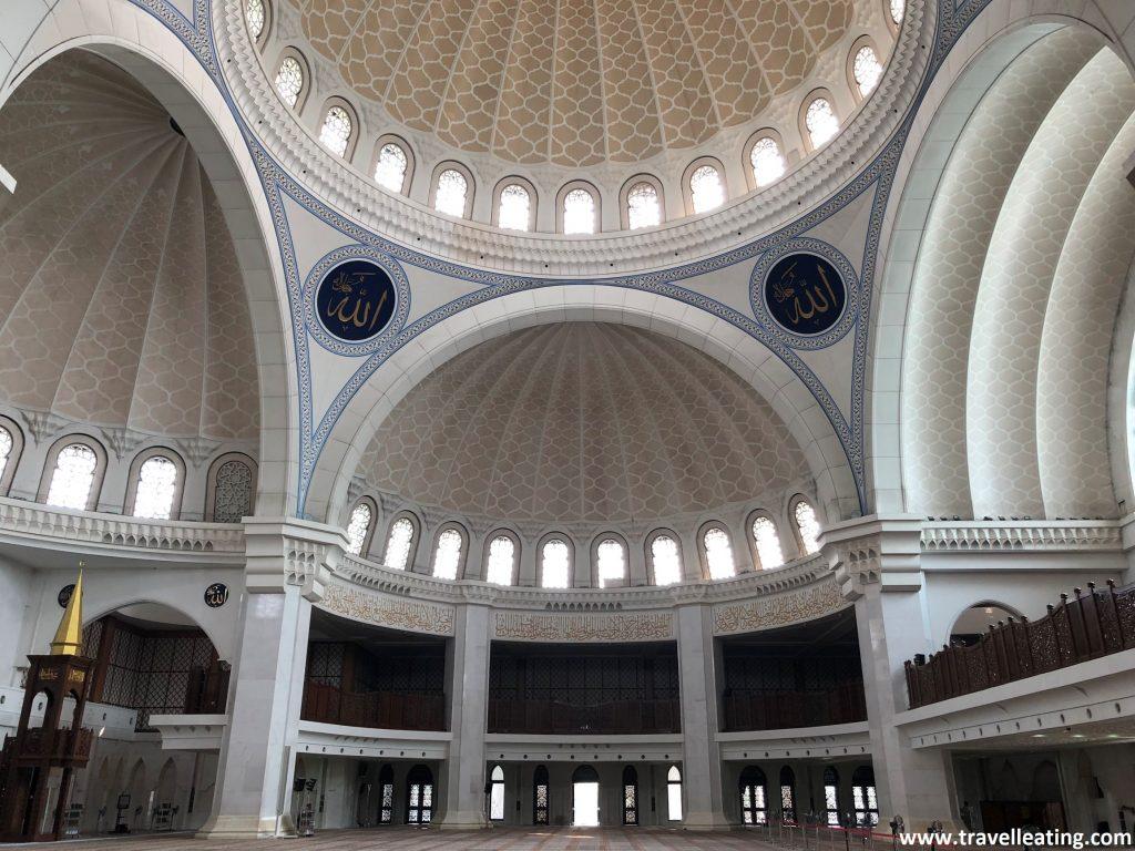 Sala interior de la mezquita Masjid Wilayah.