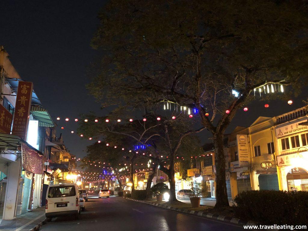 Calles de Kuching iluminadas de noche.