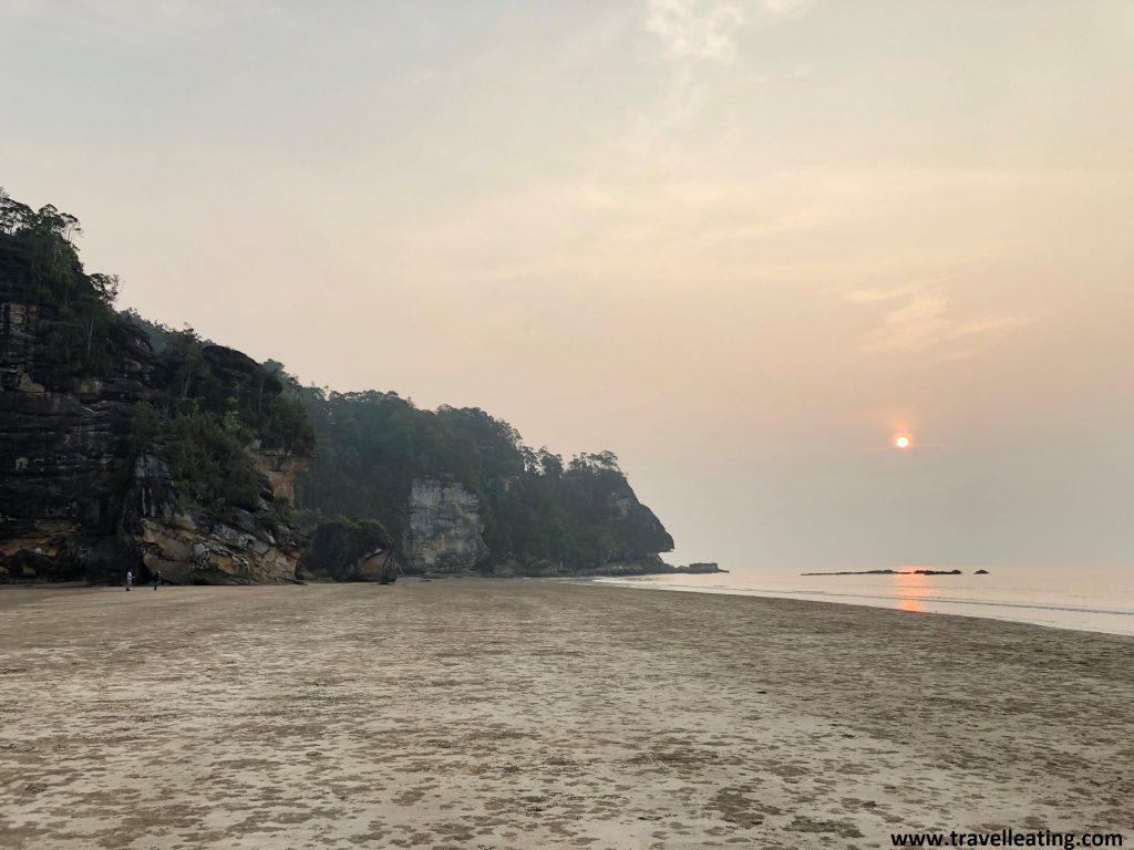 Puesta de sol en Teluk Assam, la playa principal del Parque Nacional de Bako.
