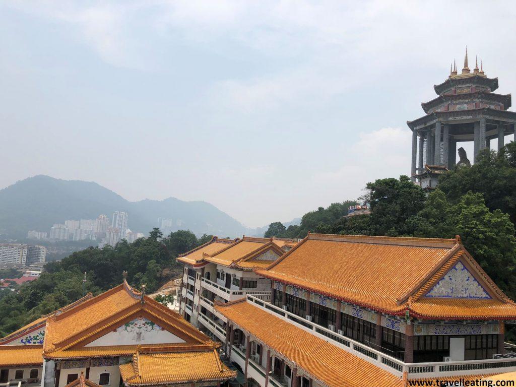 Vistas de la parte superior del templo y la estatua de la Diosa de la Misericordia. En el Templo Kek Lok Si de Georgetown.