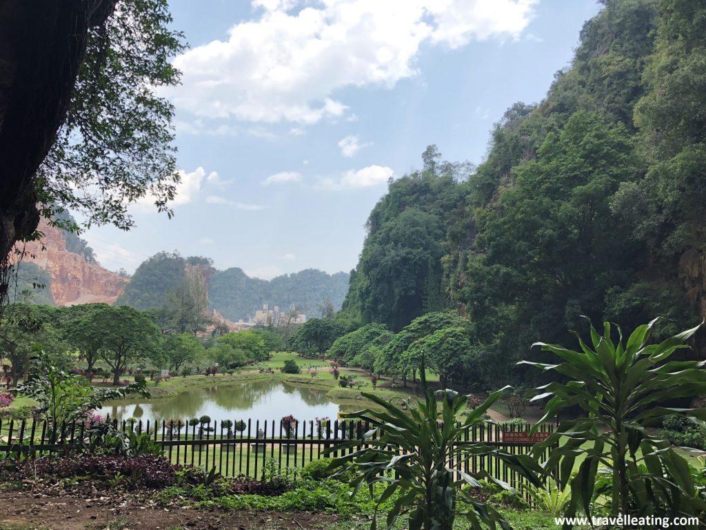 Vistas desde dentro de la cueva al jardín del templo Kek Look Tong.