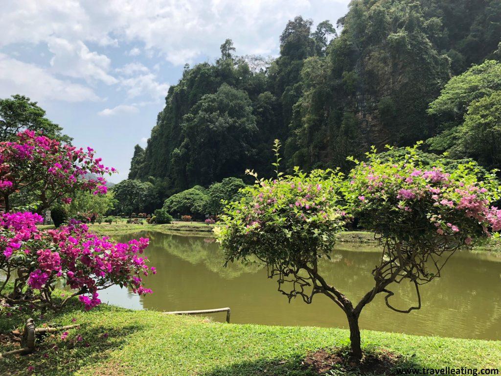 Jardín y lago del Templo Kek Look Tong, situado en las afueras de Ipoh.