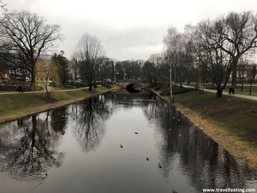 Canal en el Parque Bastejkalna, en el centro de Riga.