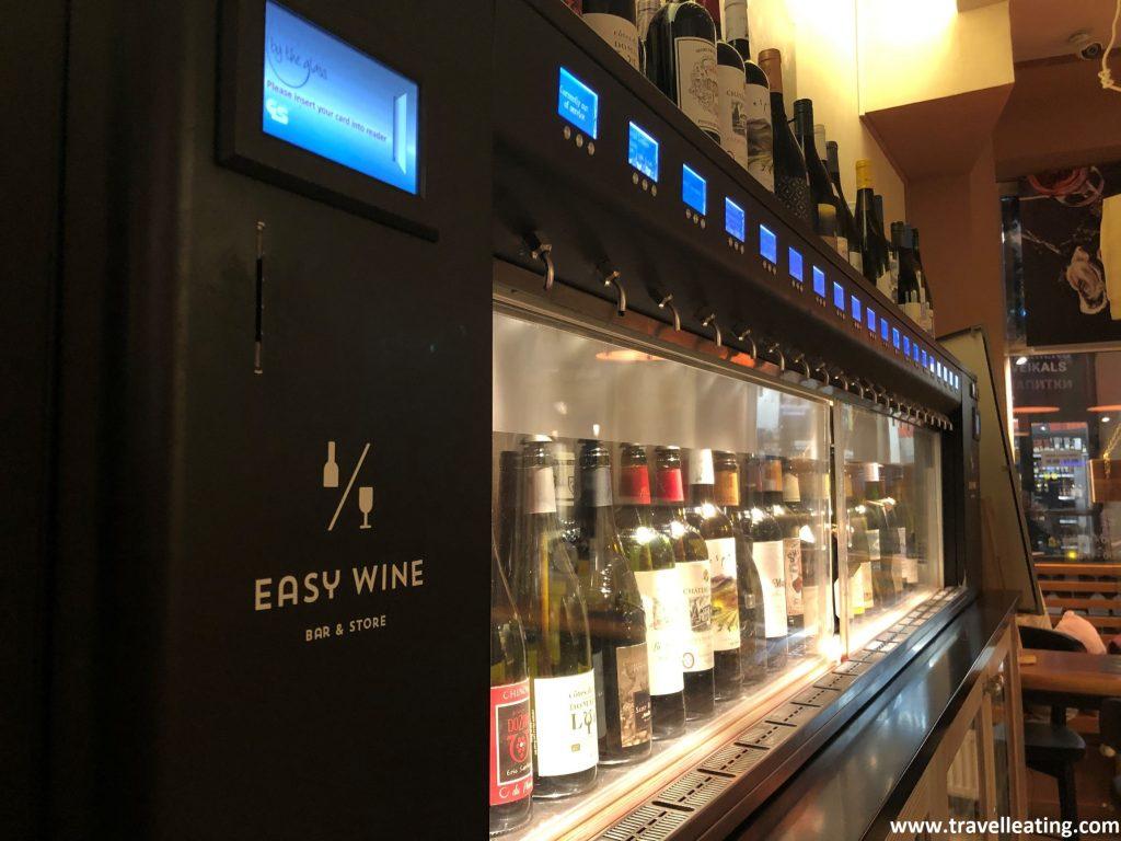 Máquinas del Easy Wine para servirse vino, uno de los bares más originales de Riga.