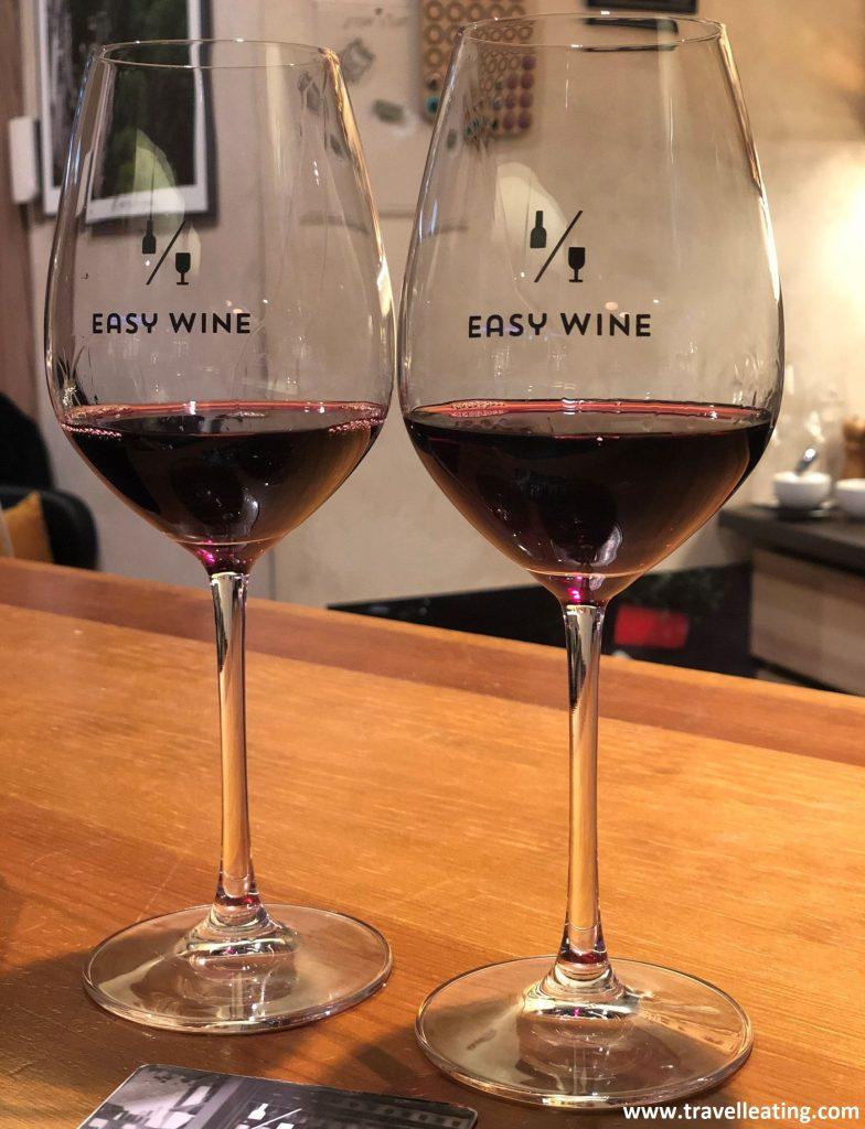 Nuestras copas de vino del Easy Wine, uno de nuestros bares recomendados para tomar algo en Riga.