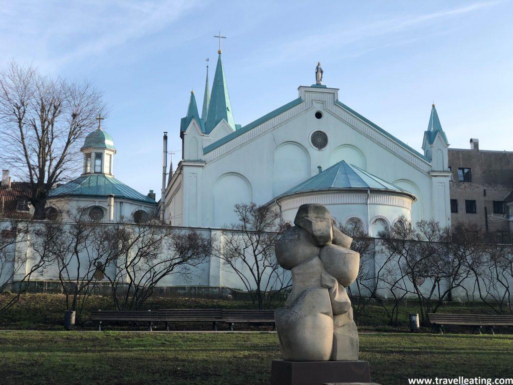 Iglesia de Nuestra Señora de los Dolores, a orillas del río Daugava, al lado del Castillo de Riga.