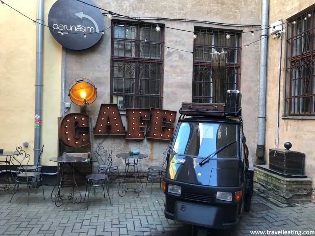 Entrada del Parunasim kafe'teeka, una cafetería de Riga con mucho encanto.