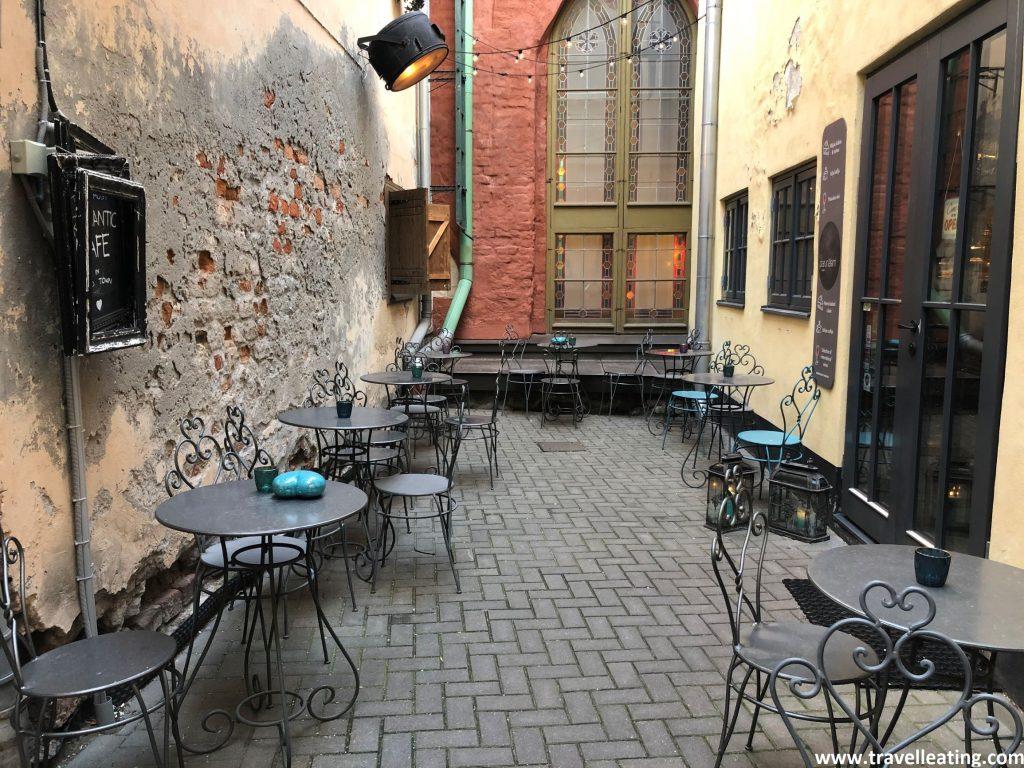 Terraza del Parunasim kafe'teeka, una cafetería de Riga con mucho encanto.