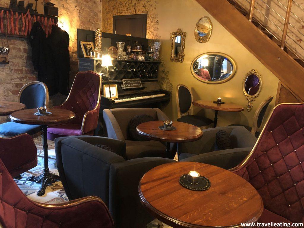 Interior del Parunasim kafe'teeka, una cafetería de Riga con mucho encanto.